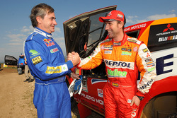 El ganador Carlos Sainz da la mano al segundo, Stéphane Peterhansel