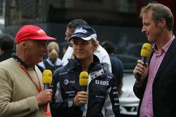 Nico Rosberg, WilliamsF1 Team talks with Niki Lauda of RTL TV
