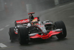 Lewis Hamilton, McLaren Mercedes, MP4-23, broken wheel and flat tyre