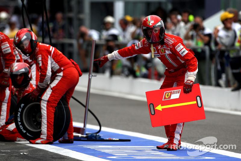 Ferrari wait for a pitstop with Felipe Massa, Scuderia Ferrari