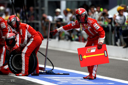 Ferrari wait for a pitstop with Felipe Massa, Scuderia Ferrari