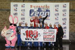 Podium: race winner Scott Dixon with Dan Wheldon and Ganassi Racing team members