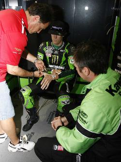 Cintas de Dean Miller lesiones de Anthony West por Gerente de competición de Kawasaki Michael Bartho