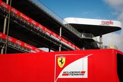 Un camion Ferrari nel paddock