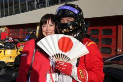 #525 Rosso Scuderia Ferrari 458 KK Тадаказу Каоджима празднует в закрытом парке