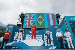 Podium: racewinnaar Lucas di Grassi, ABT Schaeffler Audi Sport, tweede plaats Sam Bird, DS Virgin Ra