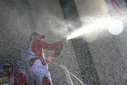#55 Scuderia Autoropa Ferrari 458: Маттео Сантопонте празднует на подиуме