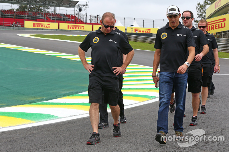 Pastor Maldonado, Lotus F1 Team walks the circuit with the team