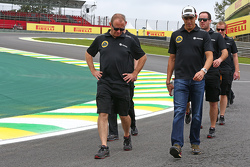 Pastor Maldonado, Lotus F1 Team, beim Trackwalk mit dem Team