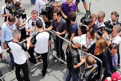 Jenson Button, McLaren y Nico Hulkenberg, Sahara Force India F1 con los medios