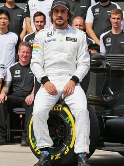 Fernando Alonso, McLaren en una fotografía de equipo