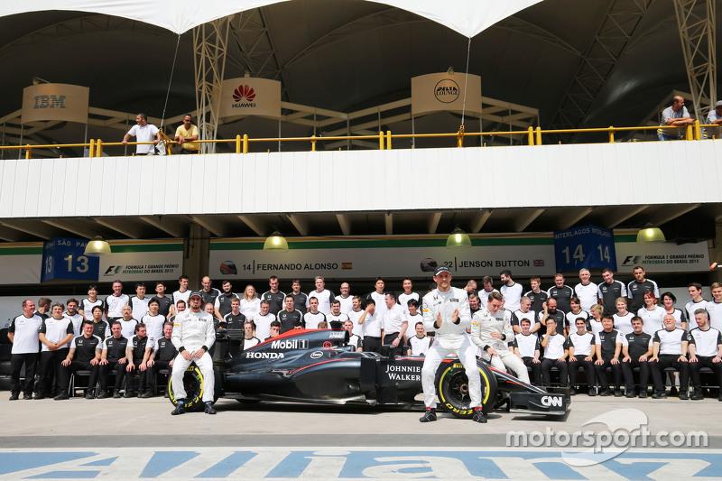 Fernando Alonso, McLaren; Jenson Button, McLaren; y Stoffel Vandoorne, McLaren piloto de prueba y de reserva en una fotografía de equipo
