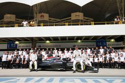 Fernando Alonso, McLaren; Jenson Button, McLaren; Stoffel Vandoorne, McLaren, Test- und Ersatzfahrer, beim Teamfoto
