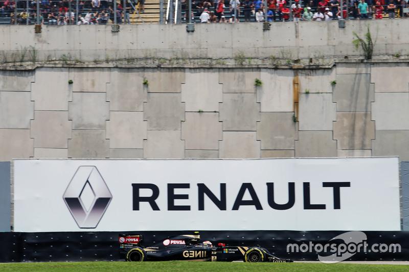 Pastor Maldonado, Lotus F1 E23 pasa un cartel de publicidad de Renault