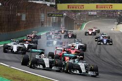 Départ : Nico Rosberg, Mercedes AMG F1 et Lewis Hamilton, Mercedes AMG F1 mènent