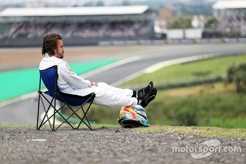 7. Fernando Alonso, McLaren MP4-30 detenido en la pista
