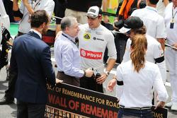 Jean Todt, FIA President con Pastor Maldonado, Lotus F1 Team on the grid