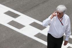 Берни Экклстоун на стартовой решетке