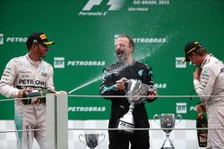 Podio: secondo Lewis Hamilton, Mercedes AMG F1 con James Waddell