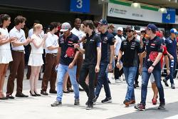 Romain Grosjean, Lotus F1 Team with Carlos Sainz Jr., Scuderia Toro Rosso on the drivers parade