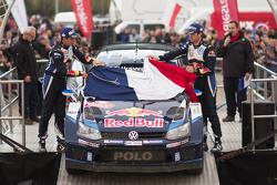 Sébastien Ogier und Julien Ingrassia, Volkswagen Polo WRC, Volkswagen Motorsport, mit der französischen Flagge