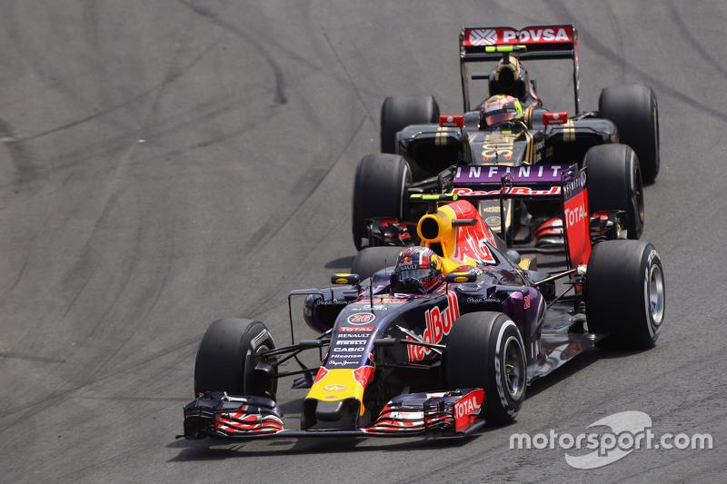 Daniil Kvyat, Red Bull Racing RB11, vor Pastor Maldonado, Lotus F1 E23