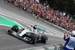 Победитель гонки - Нико Росберг, Mercedes AMG F1 W06 празднует после окончания гонки