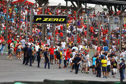 Fans op het circuit na de wedstrijd