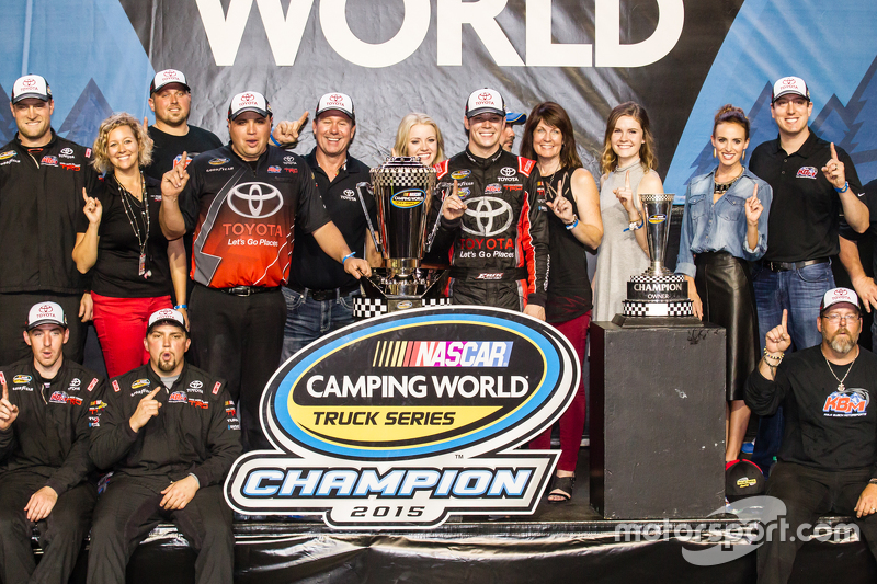 Championship victory lane: NASCAR Camping World Truck Series 2015 champion Ерік Джонс, Kyle Busch Mo