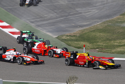 Alexander Rossi, Racing Engineering, leads André Negrao, Arden International, Rene Binder, MP Motorsport and Marlon Stockinger, Status Grand Prix