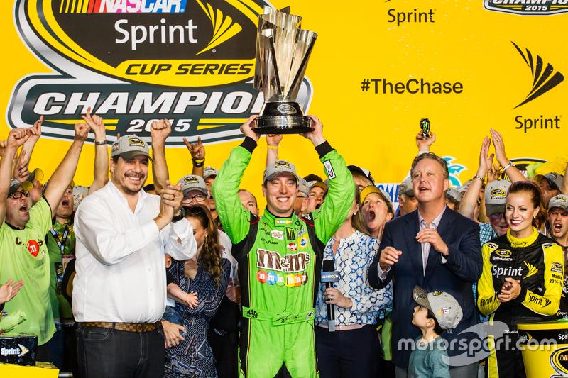Championship victory lane: переможець гонки та 2015 NASCAR Sprint Cup Чемпіон серії Кайл Буш, Joe Gibbs Racing Toyota святкує
