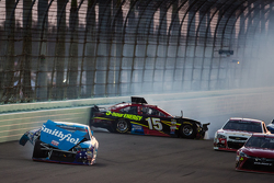 Aric Almirola, Richard Petty Motorsports Ford en Clint Bowyer, Michael Waltrip Racing Toyota crash