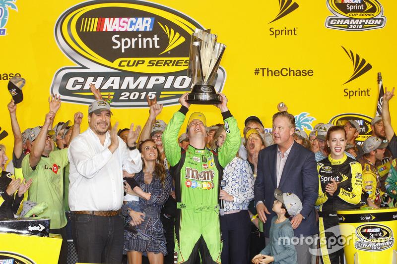Championship victory lane: 2015 NASCAR Sprint Cup Champion Кайл Буш, Joe Gibbs Racing Toyota