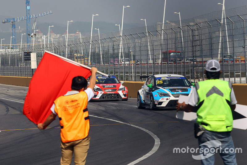 Red flag Stefano Comini, SEAT Leon, Target Competition and Jordi Gene, SEAT Leon, Team Craft-Bamboo