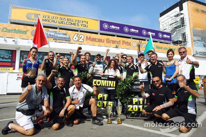1. und TCR-Champion 2016: Stefano Comini, SEAT Leon, Target Competition, beim Feiern mit dem Team