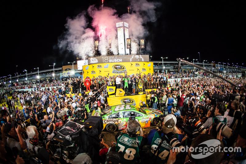 Victory Lane: ganador de la carrera y Campeón de NASCAR Sprint Cup series 2015 Kyle Busch, Joe Gibbs Racing Toyota celebrando