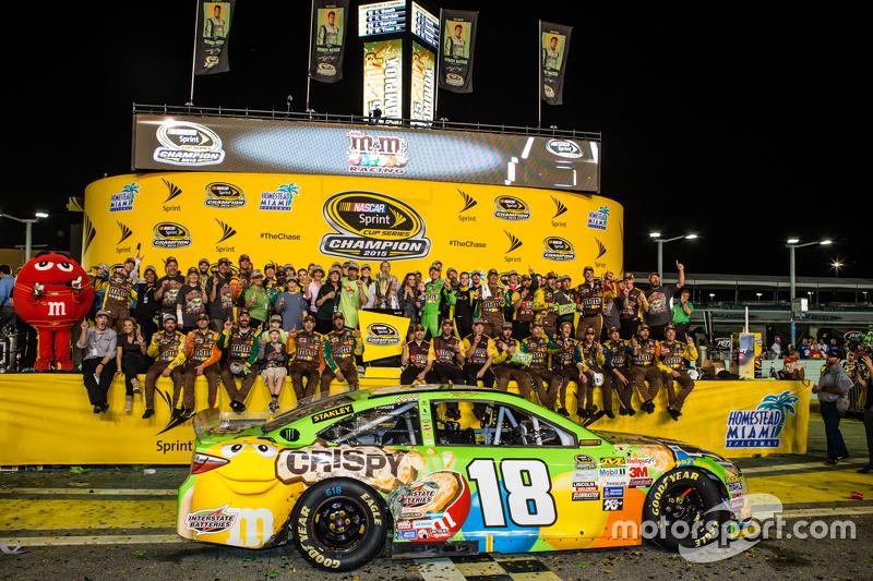Victory-Lane: 1. und Champion NASCAR Sprint-Cup 2015: Kyle Busch, Joe Gibbs Racing Toyota, beim Feiern mit Frau Samantha und dem Team