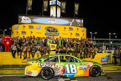 Victory lane: ganador de la carrera y 2015 NASCAR Sprint Cup series campeón Kyle Busch, Joe Gibbs Racing Toyota celebra con esposa Samantha y su equipo