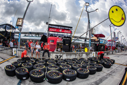 Tire preparation for Kevin Harvick, Stewart-Haas Racing Chevrolet