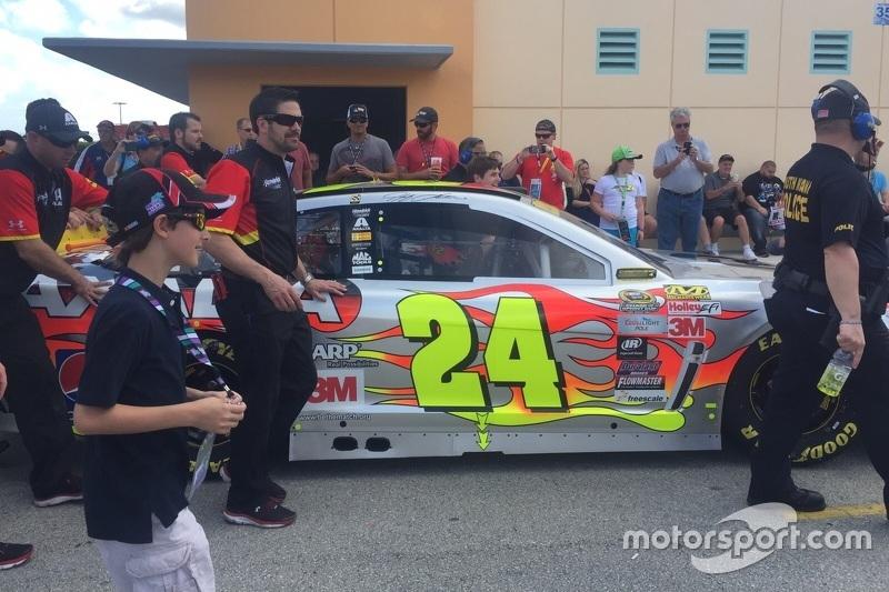 Felipe Bartz acompanha carro de Jeff Gordon antes da grande final da NASCAR