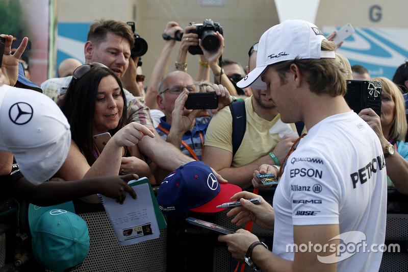 Nico Rosberg, Mercedes AMG F1, schreibt Autogramme für die Fans