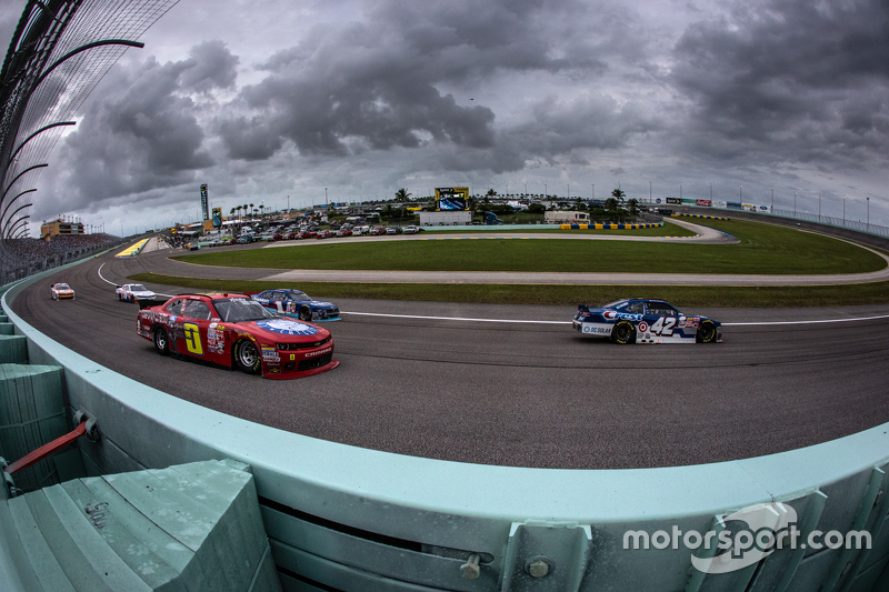 Kyle Larson, HScott Motorsports with Chip Ganassi leads the field