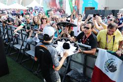 Sergio Pérez, Sahara Force India F1 firma autógrafos para sus fans