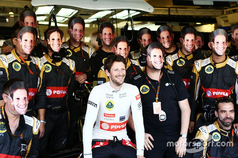 Romain Grosjean, Lotus F1 Team, em foto com a equipe