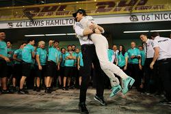 Winnaar Nico Rosberg, Mercedes AMG F1 viert met Toto Wolff en het team