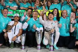 Победитель гонки - Нико Росберг, Mercedes AMG F1 празднует с занявшим второе место - Льюисом Хэмилто