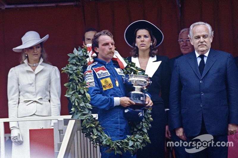 Le vainqueur Keke Rosberg, Williams avec le Prince Rainier et la Princesse Caroline