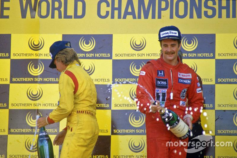 Ganador de la carrera Nigel Mansell, Williams, segundo lugar Keke Rosberg, Williams