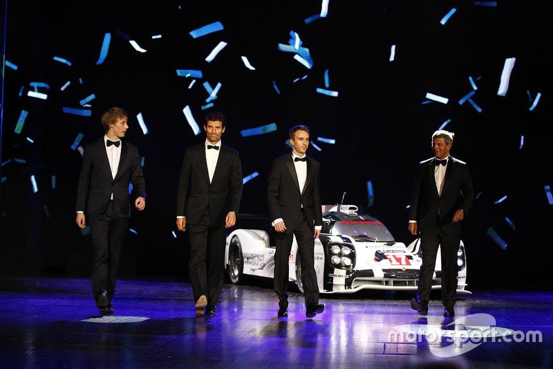 Brendon Hartley, Mark Webber y Timo Bernhard con el #17 híbrido de Porsche 919 título de ganador.