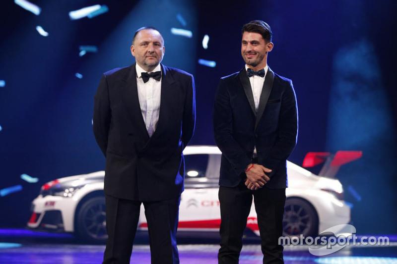 Yves Matton y José María López con el título de ganador Citroen C-Elysee Mundial de Turismos.